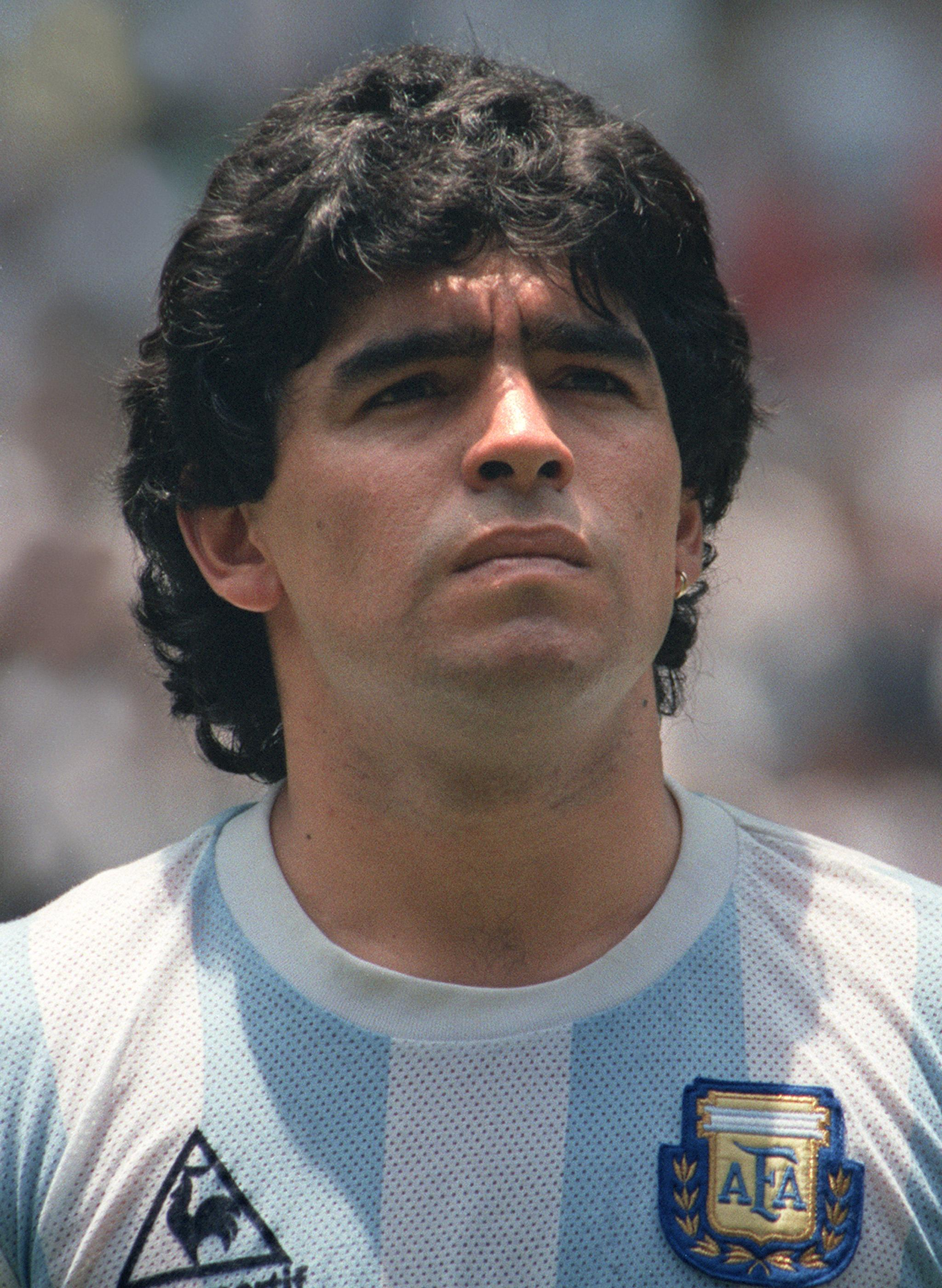 http://cafasorridente.files.wordpress.com/2009/10/16563maradona411mf.jpg